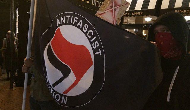 USA, Waszyngton: Antyfaszystowski szturm na neonazistów z pod znaku Alt-Right