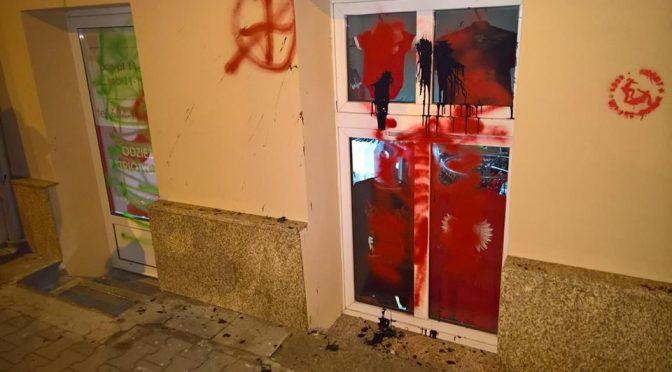 Poznań: Antyfaszyści zniszczyli elewację sklepu z patriotyczną propagandą