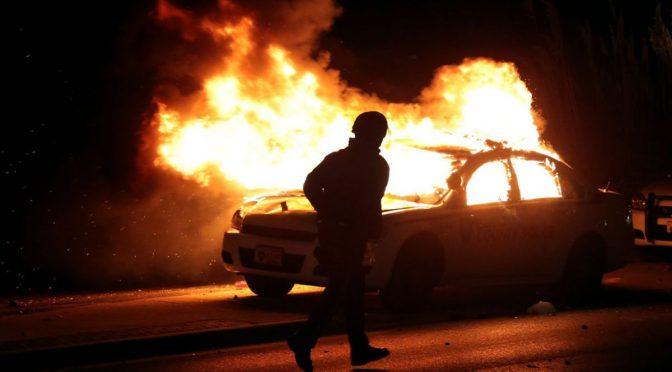 Francja: Krótkie oświadczenie Kary aresztowanej za podpalenie radiowozu
