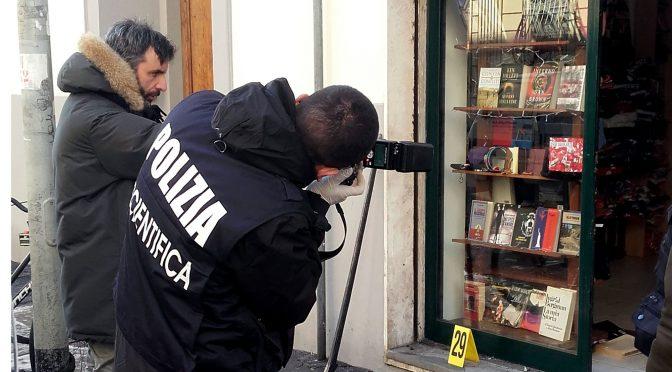 Włochy: Bomba pod neofaszystowską księgarnią. Zraniony policjant