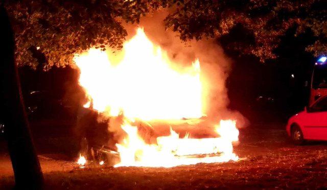 """Niemcy, Berlin: """"Niech przemówią znaki dymne…"""" – komórka Rémi Fraisse Cell/FAI popala auto francuskiego dyplomaty"""