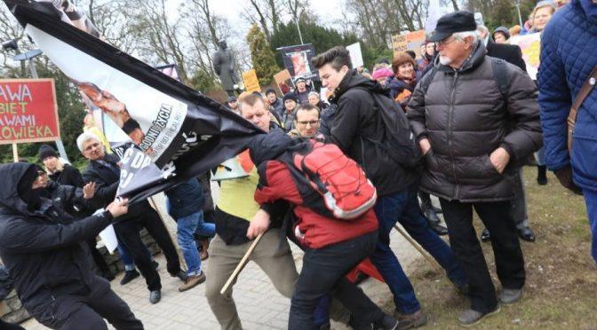 Toruń: starcie anarchistów ze środowiskami fundamentalistycznymi i nacjonalistycznymi na strajku kobiet