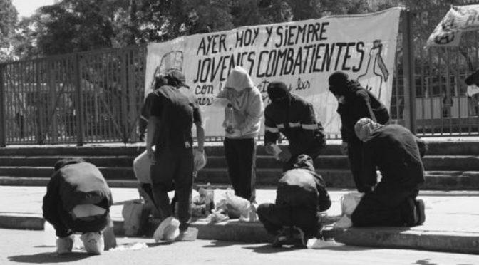 Santiago, Chile: Mołotowy pod Uniwersytetem USACH w Dzień Młodego Kombatanta