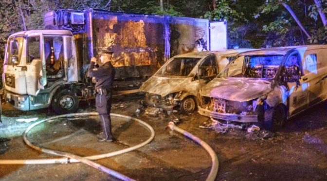 "Hamburg, Niemcy: spalenie floty samochodów firmy ""Deutsche See"""