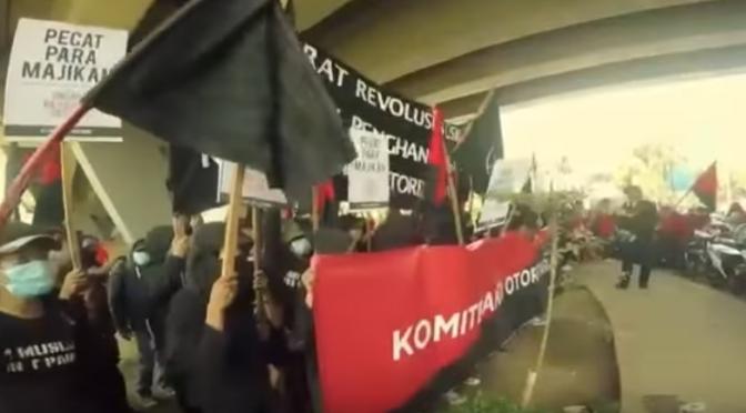 Indonezja: atak czarnego bloku na komisariat podczas 1 majowej manifestacji (wideo)
