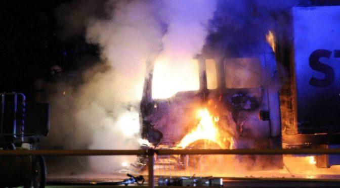 Niemcy, Berlin: Spalona ciężarówka STRABAG w solidarności z uwięzionymi po zamieszkach na G20