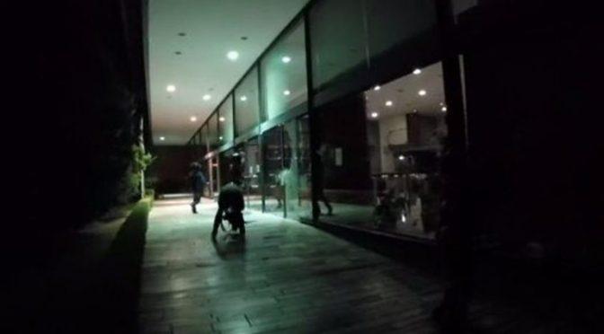 Grecja: Anarchiści z kolektywu Rubikon niszczą wejście do jednego z biur Ministerstwa Finansów (wideo)