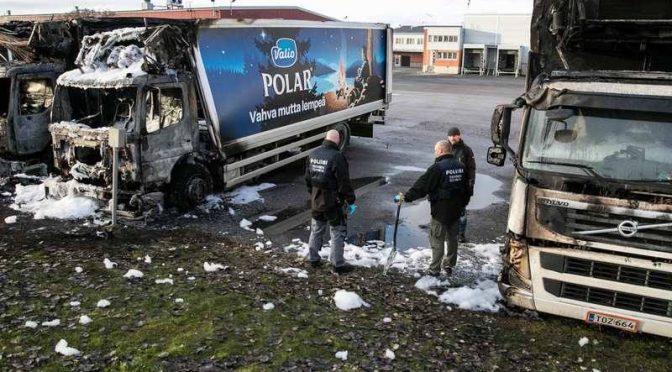 Tampere, Finlandia: Spalenie ciężarówek firmy mleczarskiej