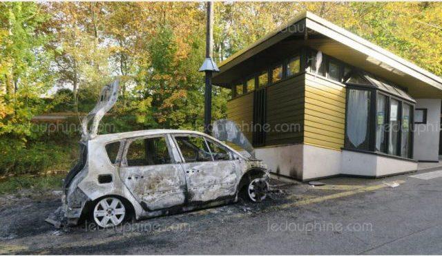 Francja: Podpalenie samochodów straży więziennej z Chambéry