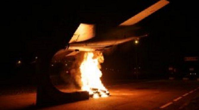 Turyn, Włochy: Spalenie samolotu w fabryce sprzętu wojskowego Leonardo-Finmecanica w Solidarności z Afrin