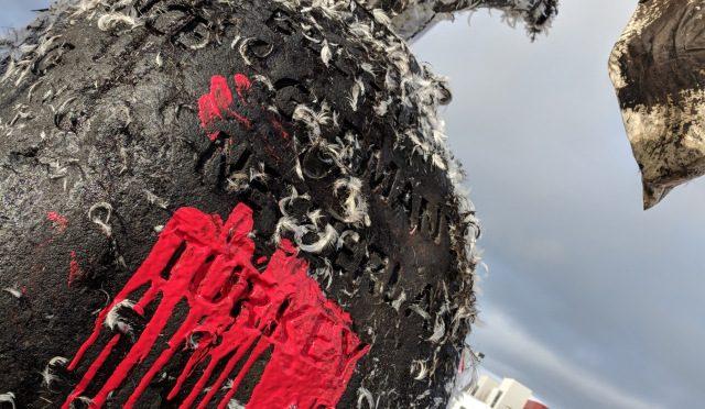 Reykjavík, Islandia: Pomnik NATO oblany farbą i smołą z pierzem w Światowy Dzień Afrin