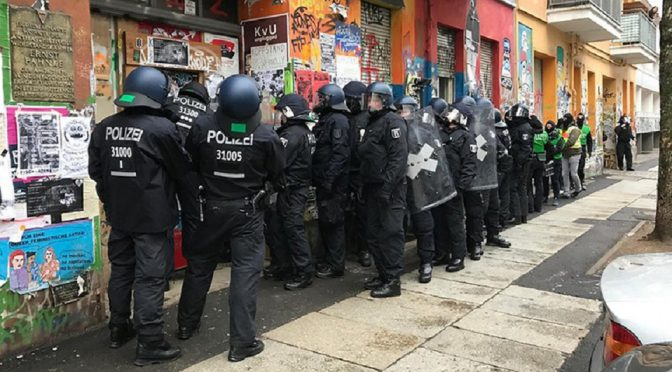 Berlin, Niemcy: Policyjny rajd na Rigaer94 – Aresztowania i iskry oporu
