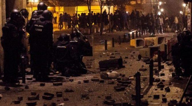 Madryt, Hiszpania: Zamieszki po śmierci senegalskiego imigranta ściganego i pojmanego przez policję