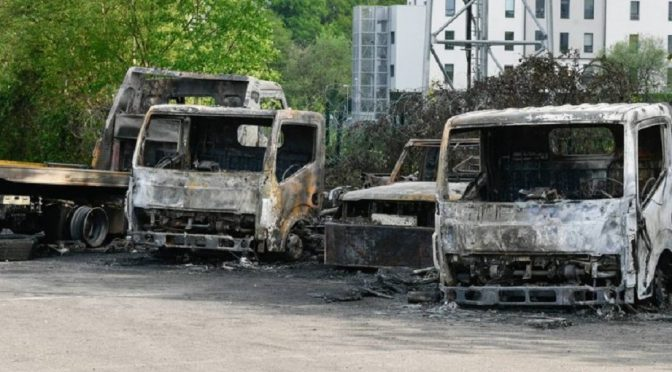 Nantes, Francja: Podpalenie pojazdów firmy kolaborującej z policją w eksmisji ZAD