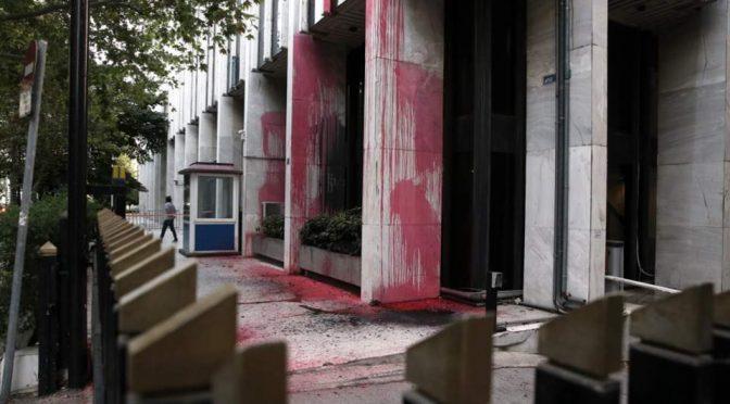 Ateny, Grecja: Budynek ministerstwa spraw zagranicznych oblany farbą przez członków kolektywu Rouvikonas