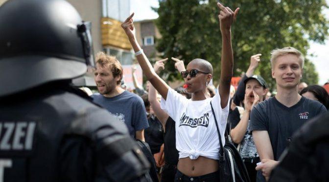 Berlin, Niemcy: Antyfaszyści zablokowali marsz neo-nazistów upamiętniających rocznicę śmierci Rudolfa Hessa