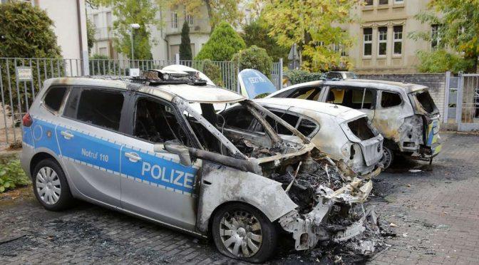 Frankfurt, Niemcy: Podpalenie radiowozów w solidarności z Hambach Forest