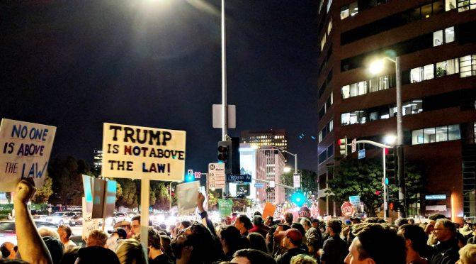 """Wybieraj: Prawo lub wolność. Jak hasło """"Nikt nie stoi ponad prawem"""" pozwala na powstanie tyranii."""