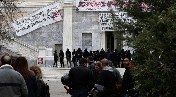 Ateny, Grecja: Okupacja budnynku Politechniki w rocznicę powstania 17 listopada 1973 (wiedeo)
