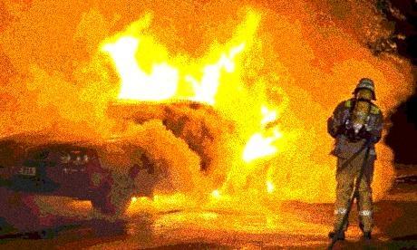 Berlin, Niemcy: Spalone prywatne auto gliniarza.
