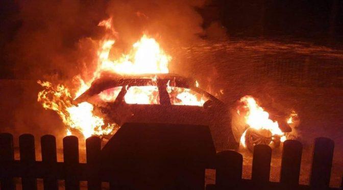 Niemcy: Spalenie prywatnego samochodu gliniarza imigracyjnego, który jest członkiem AdF