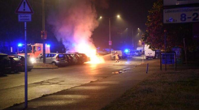 Berlin, Niemcy: Podpalenie auta firmy ochroniarskiej w solidarności z prowadzącym strajk głodowy Dimitrisem Koufontinas