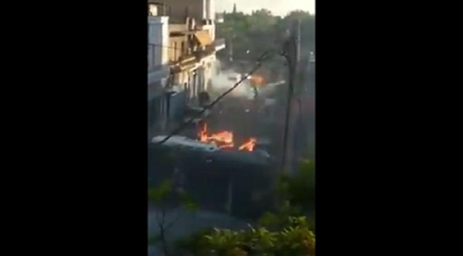 Ateny, Grecja: Atak koktajlami mołotowa na policję ochraniającą Złoty Świt (wideo)