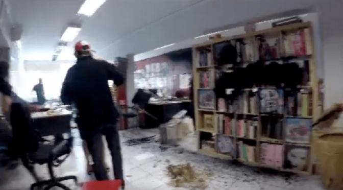 """Ateny, Grecja: Kolektyw Rouvikonas """"odwiedza"""" siedzibę gazety, która żartowała ze śmierci uchodźczyni (wideo)"""