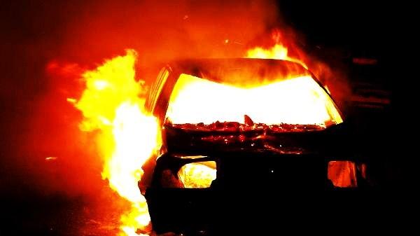 Madryt, Hiszpania:  Spalenie auta agencji nieruchomości w odpowiedzi na eksmisje oraz w solidarności z Anną i Silvią