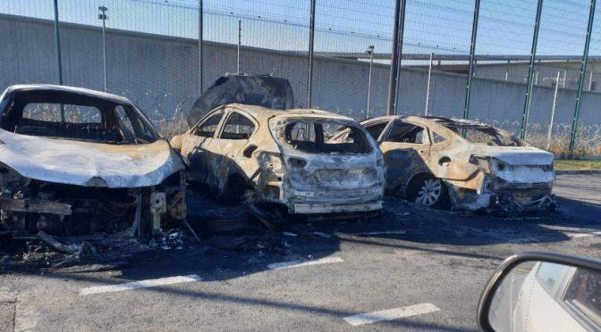 Francja, Liancourt: Spalenie trzech aut służby więziennej dzień po proteście osadzonych