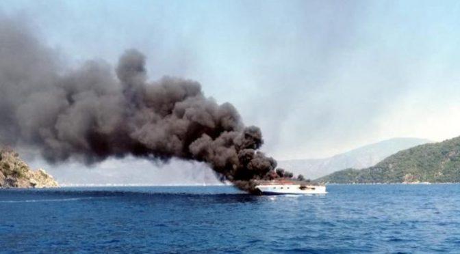 Turcja: HBDH niszczy luksusowy jacht w Muğlan i policyjny holownik w Stambule