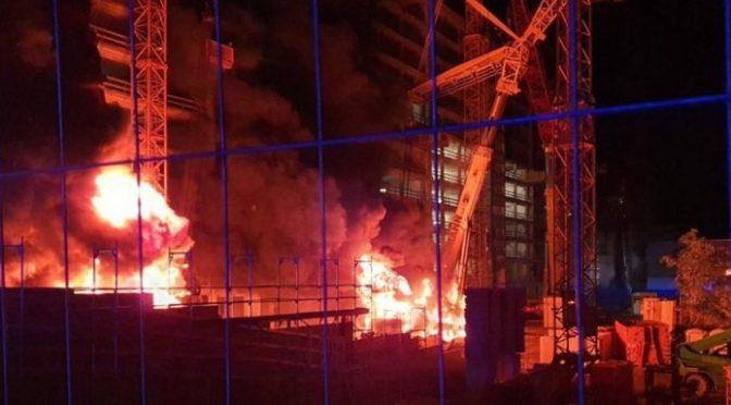 """Lipsk, Niemcy: Podpalenie projektu gentryfikacji """"FourLiving"""" grupy CG"""