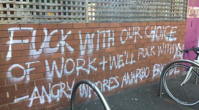 Melbourne, Australia: Anarcho Brygada Wściekłych Dziwek dokonuje Akcji Bezpośredniej Przeciwko Siedzibie SWERF-ów/TERF-ów
