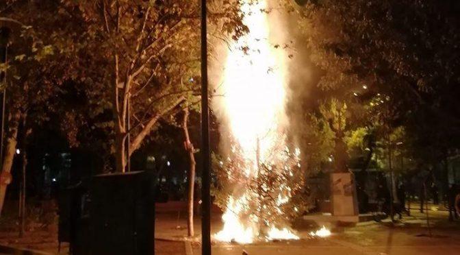 Ateny, Grecja: Komunikat odpowiedzialności po spaleniu świątecznej choinki na Egzarchii