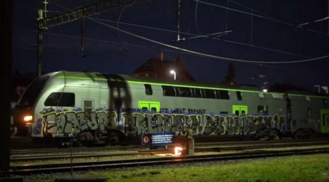 """Szwajcaria: Wrzut na pociągu """"Kiedy spłoną banki?"""" (wideo)"""
