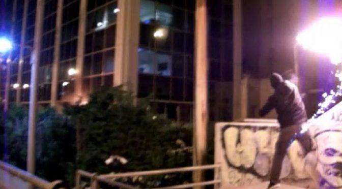 Ateny, Grecja: Anarchiści obrzucili mołotowami siedzibę telewizji SKAI, która wspiera reżim Nowej Demokracji (wideo)