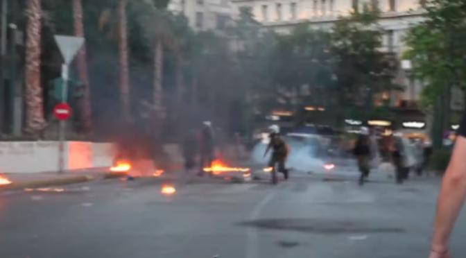 Ateny, Grecja: Protest przeciwko nowo ustanowionemu prawu zakazującemu protestów, przemienia się w zamieszki (wideo)