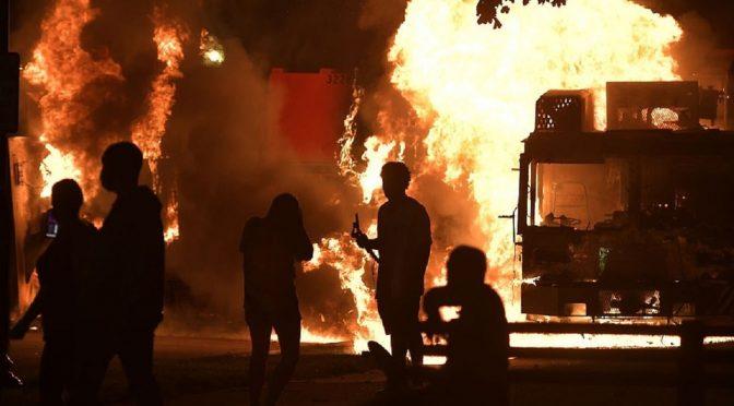 Wisconsin, U $ A: W Kenosha wybuchają zamieszki po próbie policyjnego morderstwa na Jackobie Blake'u