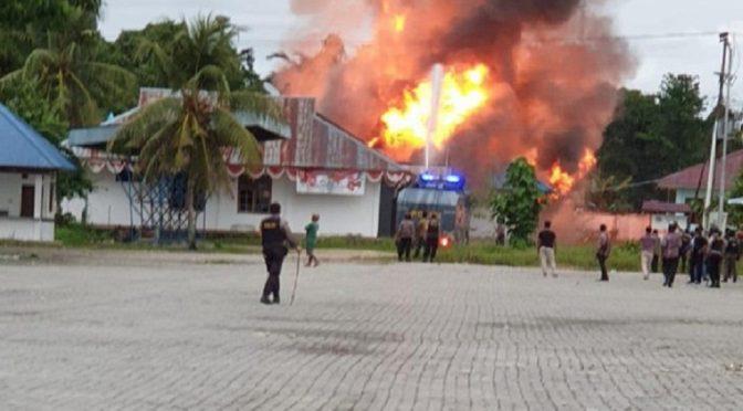 Keerom, Zachodnia Papua: Rewolucyjna Komórka Niech Żyje Eric King – FAI/FRI, podpala budynek urzędu pracy w kolonialnym kompleksie administracyjnym