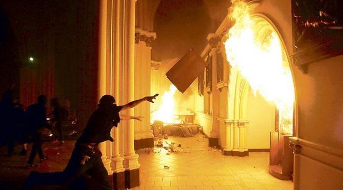 Santiago de Chile, tzw. Chile: Podczas zamieszek spalono i zdemolowano policyjny kościół katolicki (wideo)