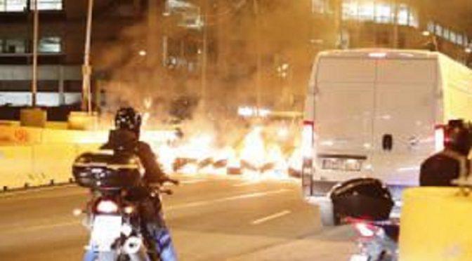 Barcelona, Hiszpania: Płonące barykady w solidarności ze strajkującymi osobami w więzieniach