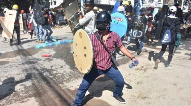 """Myanmar – """"Jesteśmy pierwszą linią"""" – młodzież stawia czoła kulom i aresztom, by podtrzymać ogień protestów"""