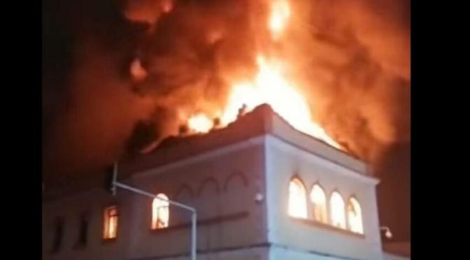 Tulua, Kolumbia: Osoby protestujące podkładają ogień pod budynek sądu